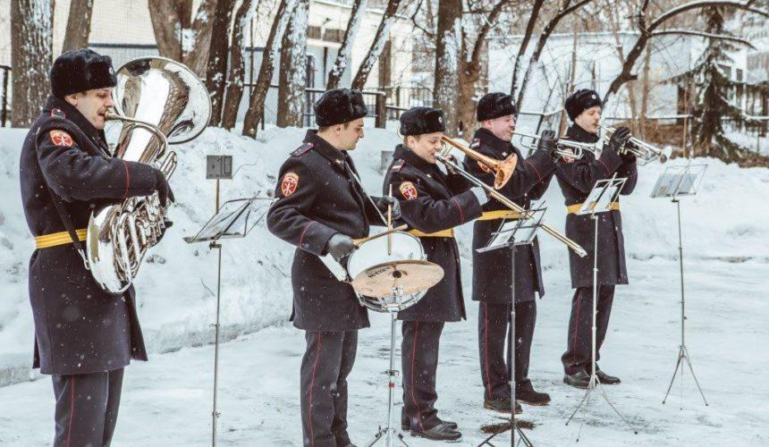Военный окрестр в шинелях зимой